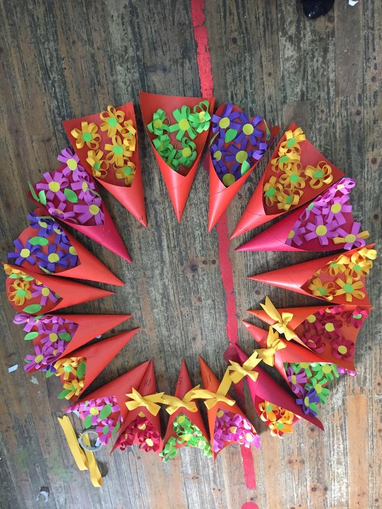 这是三八妇女节的时候送给妈妈的礼物,小花是孩子们自己粘的,美美的