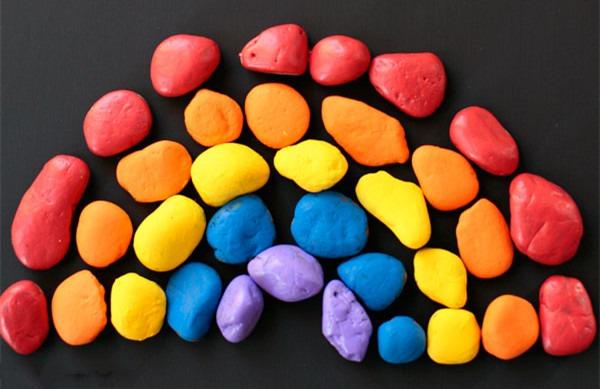 石头拼贴彩虹画